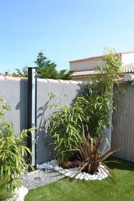 Aménagement d'une douche extérieure à l'aide de Palmiers et de galets, La Bédoule, Vert Tige