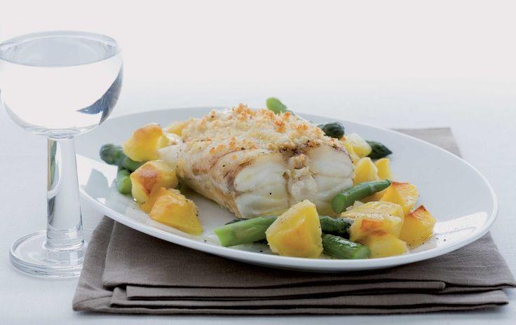 Preriscaldate il forno a 250°. Ponete sul fuoco due piccole casseruole d'acqua poco salata per lessare le verdure. In una sbollentate per 4 minuti le punte di asparagi, nell'altra per 8 minuti le patate sbucciate tagliate a dadini.