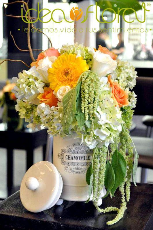 Centro de mesa estilo vintage, hecho con rosas blancas, rosas naranjas y hortensias, con caída de amaranto.