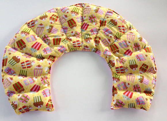 Confeccionada em dupla face com tecido de algodão e flanela e recheada com grãos térmicos e ervas aromáticas,