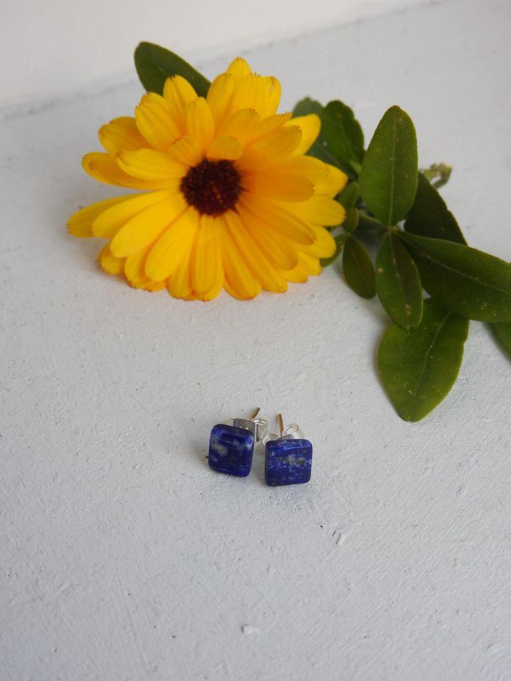 Clous d'oreilles minimaliste en lapis lazuli - boucles d'oreilles pierre bleu - pierre minérale lapis - anti-migraines - reiki - bijou lapis de la boutique PerlesetMerveilles sur Etsy