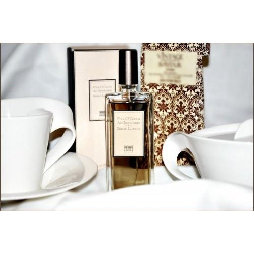Thee in Buckingham Palace. Dat is Serge Lutens' doel en inspiratie voor Five O' Clock Au Gingembre. Het is een gezellige, veelzijdige, unisex geur die houtachtige oriëntaalse noten meeneemt naar de randen van de gourmand categorie, in een symfonie van melkachtige thee, gekonfijte gember, honing, donkere chocolade, specerijen en houtachtige noten.