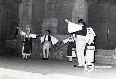 φωτογραφία παράστασης του Λυκείου των Ελληνίδων Αθηνών στο Ωδείο Ηρώδου του Αττικού.  Δημιουργός: Afoi Megalooikonomou     Συλλέκτης: Peloponnesian Folklore Foundation   Ίδρυμα: Europeana Fashion   www.europeanafashion.eu