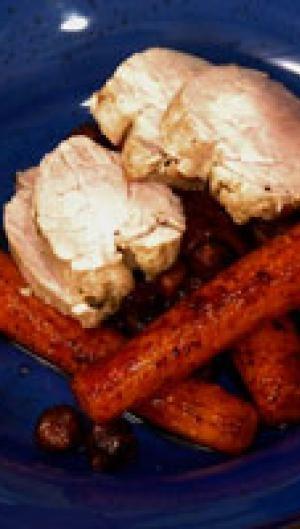 Timian-saltet, pocheret svinemørbrad med stegte gulerødder og brombær