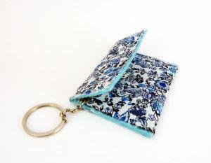 Bolsito monedero azul con forro de fieltro