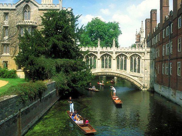 Cambridge - Inglaterra - passear de barco de madeira pelo Rio Cam.