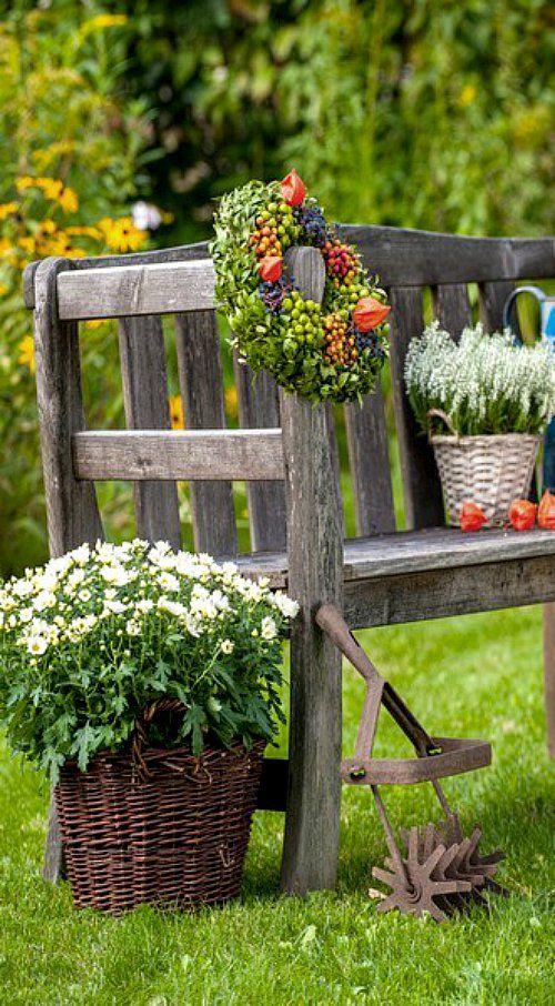 Alte Gartenbank mit Herbstdekoration
