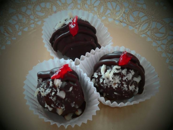 Trufa de chocolate sulce, Amaretto, macadamia fileteada  y un trozo de cereza. Wonderful!!!!