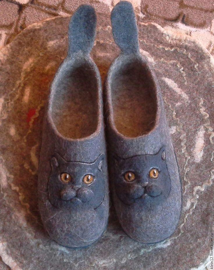 Купить или заказать Тапочки валяные. Британочки)) в интернет-магазине на Ярмарке Мастеров. Тапочки для любителей кошек британской породы. Удобные, теплые.. забавные. Подошва - микропора. Возможна пропитка подошвы латексом. Войлочную домашнюю обувь следует носить но босую ногу. Этим достигается двойной эффект: лечебный и косметический. Лечебный заключается в воздействии овечьей шерсти на суставы, косметический - естественный пилинг стопы и пяток, - ножки будут как у…