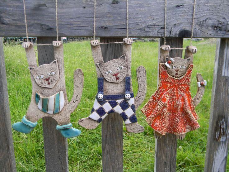 Keramický kocour na zavěšení keramický kocour nebo kočka na zavěšení o velikosti 25 x 10 cm ze šamotové hlíny. Cena je za jeden kus. Na objednávku zhotovím kočky i kocoury podle přání. Hodí se jak do bytu tak ven. Mně například kočky zdobily celé léto pergolu