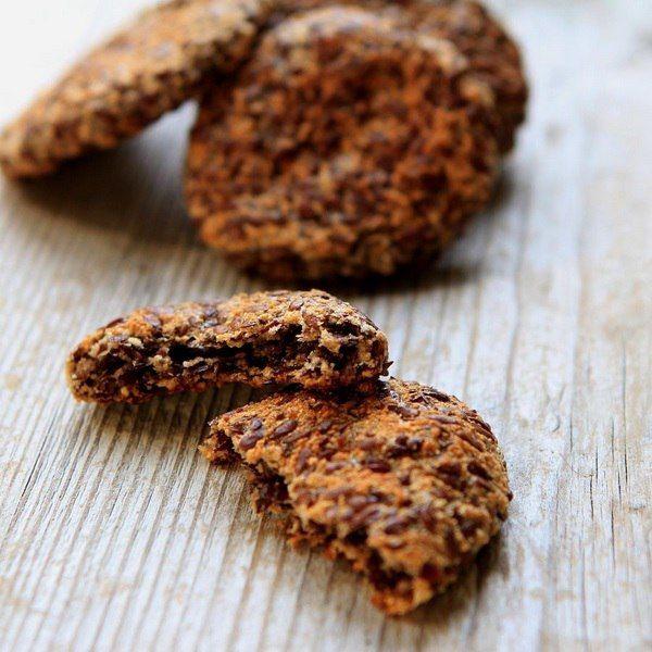 Доброе утро, друзья☀️  Сегодня мы будем готовить печенюшечки без муки и яиц😃. Больше конечно им подходит название лёнцы - сплошной лён, аромат стоит по дому потрясающий, аж так, что захотелось запаха имбирных печенек перед Рождеством🌲.  Чтобы приготовить это полезное лакомство нам надо: замочить стакан семян льна, прокрутить в блендере со специями: мускатный орех, гвоздика, кардамон, добавляем 2 см натертого свежего имбиря и пару ложек кокосовой муки. Далее все как обычно - катаем шарики…