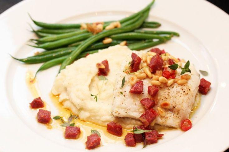 """Torsk er en relativt nøytral fisk som ofte tåler en salsa med smak og """"trøkk"""", som for eksempel paprikasmør med smaksrik pølse. Som tilbehør serverer jeg blomkålpurè og aspargesbønner."""