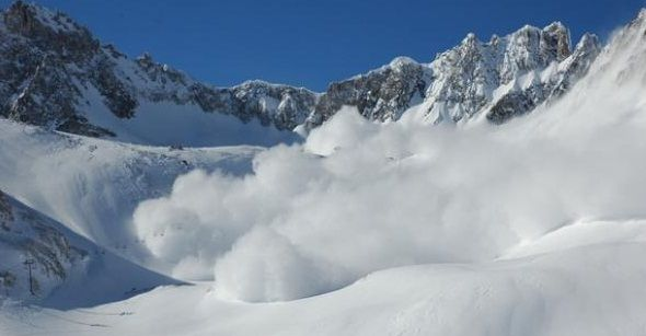 Stratul de zapada din Muntii Fagaras si din Masivul Bucegi depaseste un metru, iar riscul de producere a unor avalanse pe vaile din acesti munti este insemnat, salvamontistii avertizand ca in aceasta