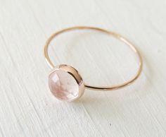 Rosenquarz Ring, Rose Gold Ring, rosa Rose Schnitt Goldring, Quarz-Ring, weiche Rose Gold Ring, einzigartigen Quarz Pink Ring, Massanfertigung   Eine wunderschöne Rose geschnittene natürliche 6mm Rosenquarz befindet sich in einem 14k Gold setzen auf eine 14 Karat Gold-Band, die eine schöne Mate am Finger werden zu jeder Zeit. Es hat einen klassische, femininen Flair mit einem erröten Rosa auf eine solide Gold Band.  Mache ich diesen Ring in 14k Rose Gold oder 14 k Gelbgold.  Sie erhalten…