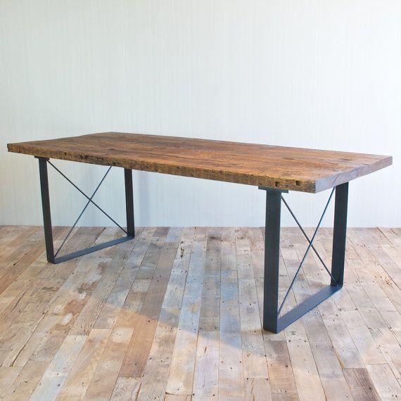 Il sagit dune belle table à manger à la main construite en centre-ville de Los Angeles. Le bois récupéré est de larchitecture à New York de la fin du XIXe siècle et début du XXe siècle. Le fer à la recherche de base est fait dacier recyclé dune épaisseur qui a été fabriquée hors de 1 morceau dacier pliée pour produire les deux jambes. Ces tables de cuisine et des bancs sont très résistant et solide - ce matériau a déjà montré quil peut durer des centaines dannées. Il faut environ 10 minutes…