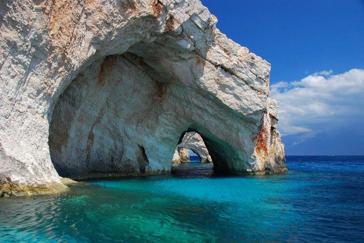 Blue Caves, Zakynthos Island, Greece,  É uma ilha localizada a noroeste da Grécia e é a terceira maior das ilhas Jónicas. O seu ponto mais alto é o monte Vachionas, com 758 metros de altitude. É um importante polo turístico da Grécia e um dos mais importantes locais do mar Mediterrâneo para a prática de mergulho. A ilha de Zakynthos é uma das maravilhas que compõem as ilhas gregas, ou como os gregos chamam como Eptanisa.