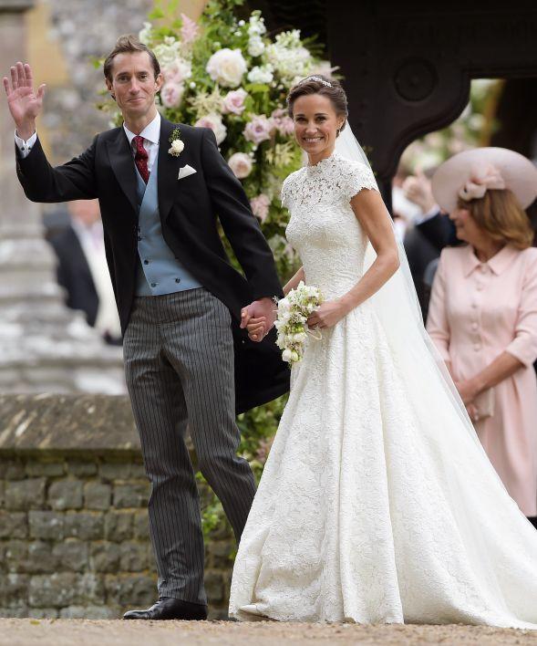 Het koninklijke huwelijk, maar dan nét niet: Pippa Middleton, zus van Kate, trouwt vandaag met haar man, multimiljonair James Matthews. Een jurk van James Deacon en pumps van Manolo Blahnik: de bruid straalde, en de koninklijke bruidskindjes maakten van haar dag absolute perfectie. Check hier de foto's.