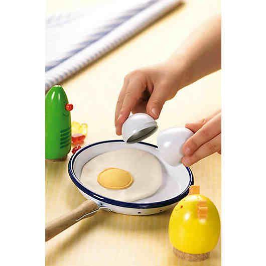 Ein Spiegelei machen ist ganz einfach! Eierschale öffnen und das Ei in die Pfanne laufen lassen. Mit echten Eiern ist das für kleine Kinder aber noch etwas zu glibberig. Damit die Hände sauber bleiben gibt es dieses tolle Spiegelei in der Eierschale. Perfekt fürs Koch spielen in der kinderzimmereigenen Küche.<br /> <br /> +++Details+++<br /> + Spiegelei aus Stoff in Metall-Ei zum Öffnen<br /> + Maße Ei: 5 cm
