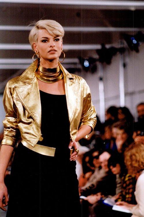 Linda Evangelista au défilé Chanel automne-hiver 1991-1992, bijoux dorés, veste dorée