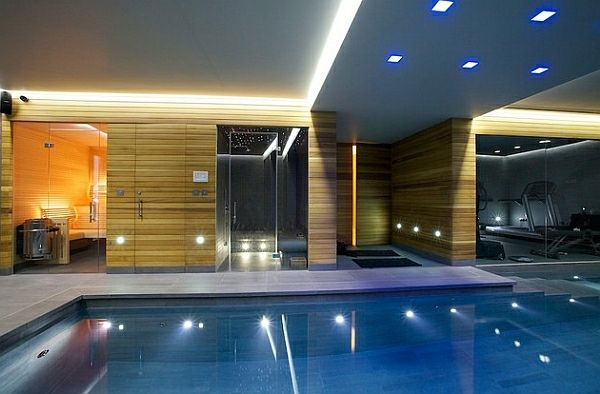 Indoor Pool mit kreativer Wandgestaltung und einen schönen Blick zum Garten