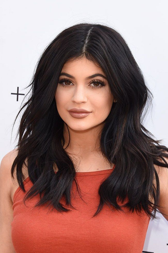 We love this choppy curled cut with a middle parting on Kylie Jenner. For more ideas click the picture or visit: www.sofeminine.co.uk