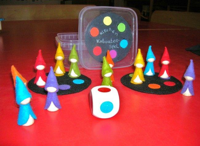 Kleurenspel met de Regenbookabouters Witte pionnen met vilt bekleven.  Ev. viltstukjes op blinkende kant van cd kleven.