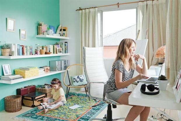 Ideas para armar un rincón de trabajo en casa  El color y los accesorios sirven para segmentar sectores: aquí, la pared aqua es el marco perfecto para la biblioteca y la alfombra genera un sector de lectura apartado del área del escritorio.         Foto:Archivo LIVING