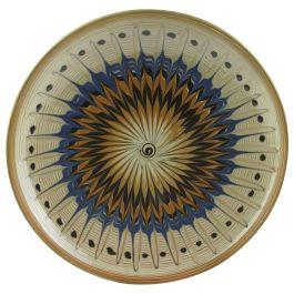 Pictata in culorile specifice ale ceramicii smaltuite de Horezu, pe fond alb fildes si infrumusetata cu model geometric in nuante de albastru metalic, maro cafea si portocaliu stins, aceasta farfurie surprinde perfect stilul unic si irepetabil al mesterilor populari ce dau viata lutului din Horezu.(ceramic plate of Horezu)