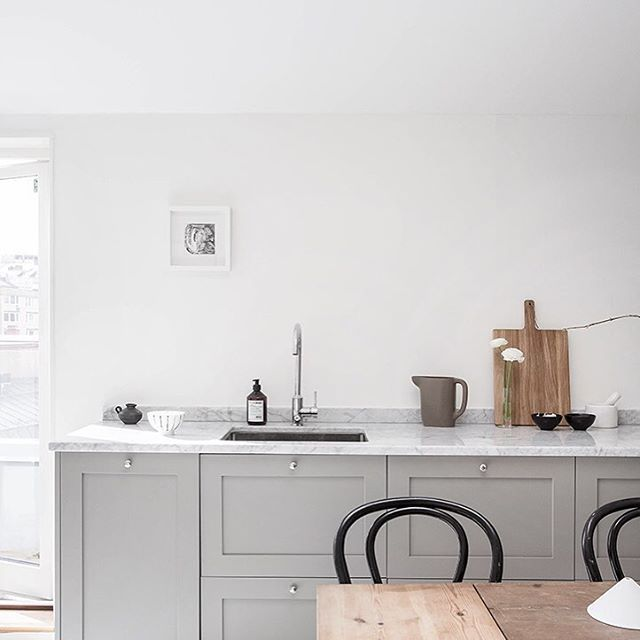 #mulpix Köksluckor i profil 1 tillsammans med en bänkskiva i Bianco Carrara marmor.  #kök  #köksluckor  #pickyliving  #ikea  #ikeahack  #profil  #marmor  #biancocarrara  #grå  #gray  #grå  #köksinspiration  #köksinredningar  #köksrenovering  #kitchen  #kitcheninspo  #decor  #interiör  #interior  #interiorinspiration  #marble