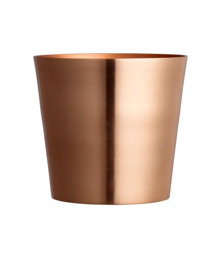 Sieh's dir an! Topf aus gebürstetem Metall. Durchmesser oben 13 cm, Höhe 12 cm.  – Unter hm.com gibt's noch viel mehr.