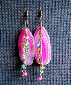 Looking for a fun and easy pair of summer earrings? This Summer Agate Dangle Earrings tutorial will give you just that. This is one of our simpler beaded earring tutorials that will still send lots of compliments your way.