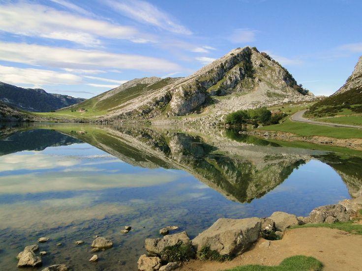 Lago Enol, en Asturias (España). Los lagos de Covadonga están formados por dos pequeños lagos, el Enol y el Ercina, de origen glaciar. Están ubicados en Cangas de Onís, y es uno de los principales atractivos naturales del Parque Nacional de Picos de Europa. Los lagos, como se les conoce popularmente en Asturias, se hicieron famosos por ser una de las etapas destacadas de la Vuelta Ciclista a España.