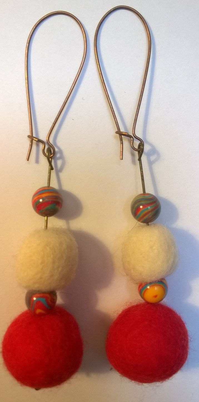 Boucles pendantes en laine feutrée et perles en bois - SOLDES !! : Boucles d'oreille par cel-andpepper
