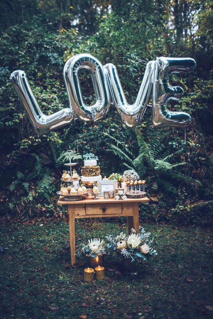 """Wedding styleshoot: midnight love - Fotoshooting unter freiem Himmel! Candy bar in altsilber, gold und den kühlen Farbtönen grün & petrol! Die Hochzeitstorte ist in weiß-gold mit Caketopper """"to the moon and back"""" verziert. // Outdoor shooting! Candy bar in silver and gold such as cold tones of petrol and green. White-gold wedding cake with caketopper """"to the moon and back"""". www.anna-veranstaltet.de"""