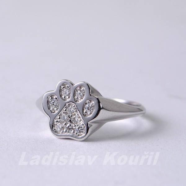 Prstýnek z bílého zlata osázený diamanty. Vhodný dárek pro milovnice psů. #prsten #ring #psi #ilovedog #móda #bíle #zlato #diamanty #tlapka