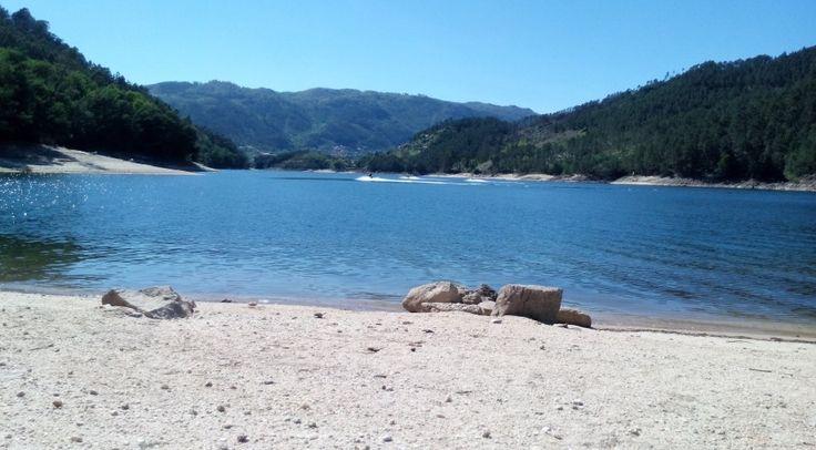 Albufeira da Caniçada-Praia fluvial no Lugar de Faldrém em Cova-Casas para férias.