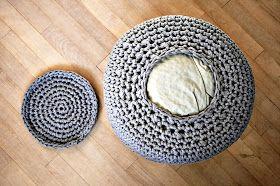 Memento Vivere: DIY: Hæklet puf /// crochet pouf   Fyldet er en dyne og en pude - praktisk opbevaring