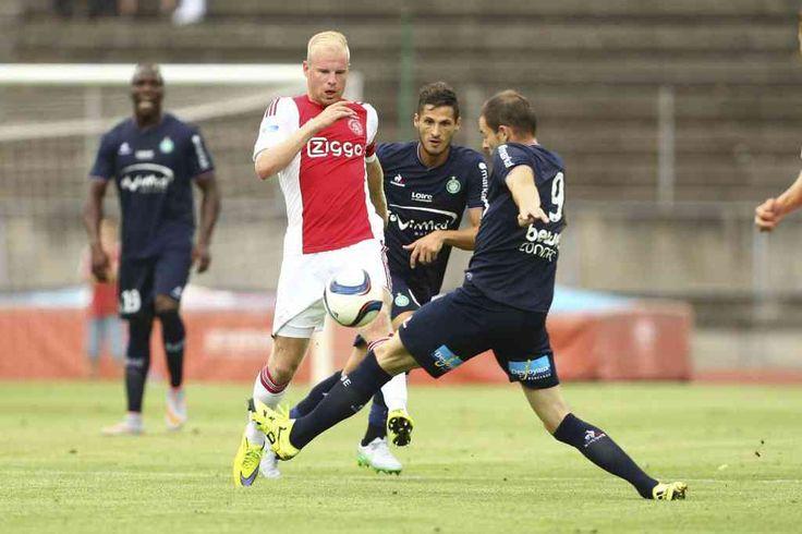 """Davy Klaassen mag dit seizoen de aanvoerdersband dragen en is daarmee één van de belangrijkste spelers van Ajax. Bepalende spelers als Depay, Wijnaldum en Clasie verkasten deze zomer naar het buitenland maar Klaassen denkt nog niet aan een vertrek. """"Ik ga zeker nog niet weg. Ik heb nog niet het gevoel dat ik hier klaar ben met leren. En ik heb het prima naar mijn zin. Ajax is mijn club."""""""