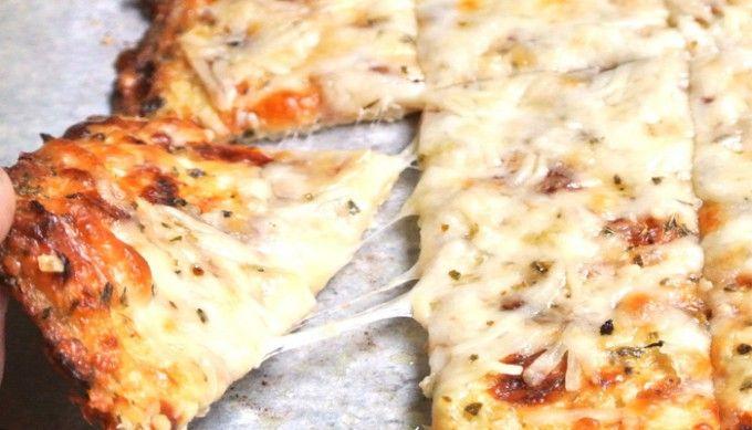 Bez mouky připravené sýrové tyčinky s česnekem