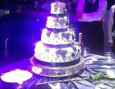 torta con rifiniture con farfalle e fiori uncinetto