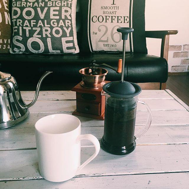 手でゴリゴリと豆を挽く。  カップとコーヒープレスにお湯を入れて温める。  お湯を捨て、プレスに挽いた粉を入れて  お湯を少しだけ入れ、3分ほど蒸らす。  蒸らしが終わったら、ゆっくりとお湯を注ぐ。  3分ほど待つ。  そっとそっとコーヒープレスの蓋を押し下げていく。  遅く起きた日に、朝食はいらない。  手間と時間をかけて淹れたコーヒーだけでいい。  あ、おはようございます。  #パパめし朝ごはん  #朝ごはん #おうちカフェ  #BREAKFAST #パパ  #fatherhood  #フレンチプレス#food#foodpics#onthetable#food#instafood#japanesefood#onmytable #朝時間cloud_papa