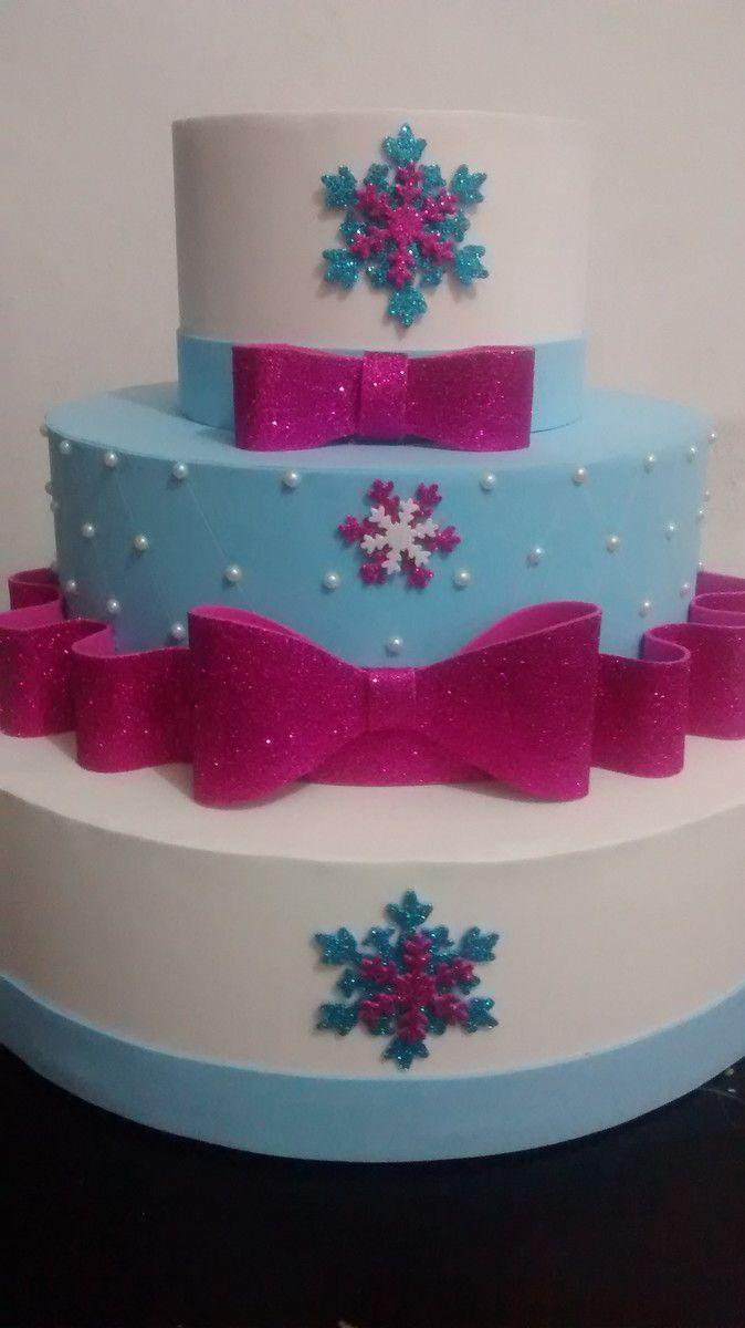 Bolo cenográfico Frozen com detalhes em pink.  O mesmo modelo pode ser confeccionado sem o pink, ou com outra cor do tema !  Para prazo menor de confecção, consulte disponibilidade com o vendedor !