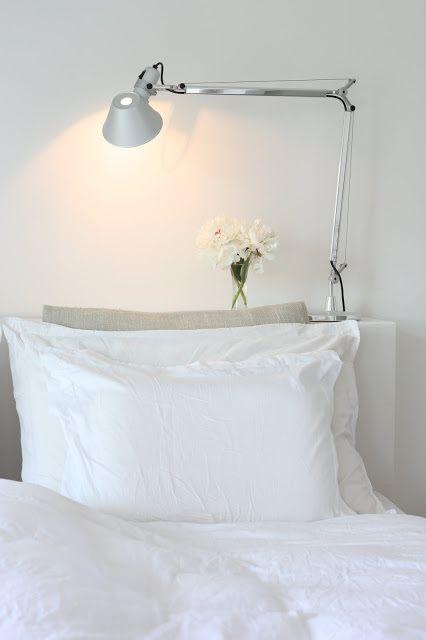 Een plank/ sidetable achter het hoofdeinde van het bed geeft net wat meer mogelijkheden.