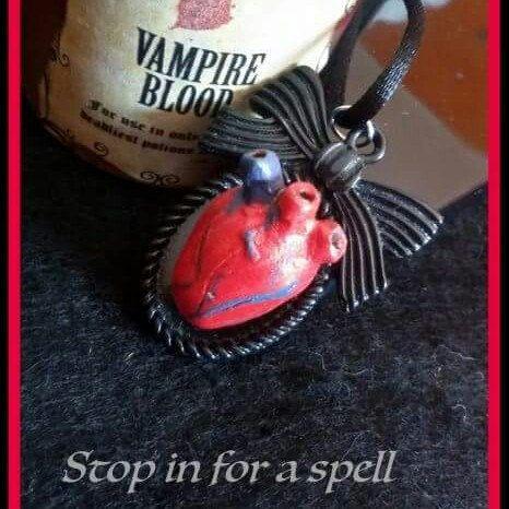 Collana con ciondolo realizzato a mano con cuore anatomico in stile rockabilly horror dark gothic zombie splatter halloween