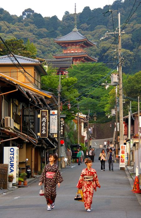 Road that leads to Kiyomizu-dera..... it was a weekend when I walked along here and t'was wall to wall people!.... but worth it!