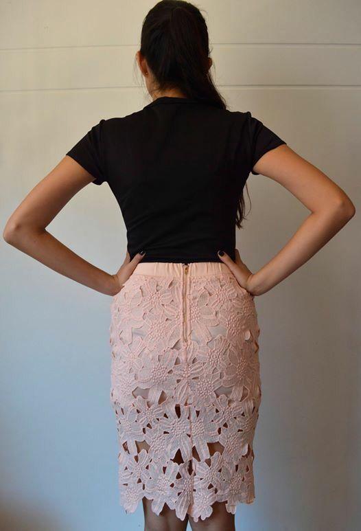 Espalda, falda color palo de rosa.