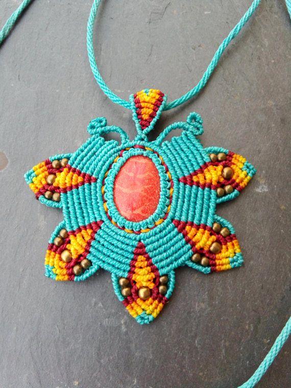 Collar de Macrame azul con tonos rojos  62022370b7d