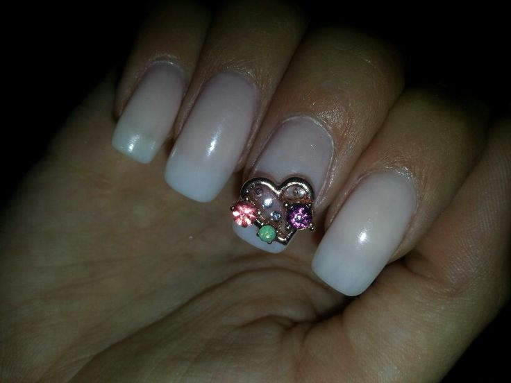 Golden heart manicure jewel from www.nailcandi.co.za - The first re-usable nail art! Simply glue onto nailbed or embed in product (gel, gelpolish, acrylic or glaze.)  Order online