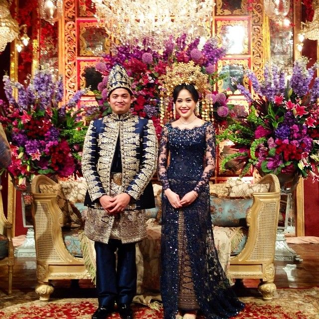 As i promised before here is the gorgeous couple wearing modern palembang attire made specially by @biyanofficial Make up by @adiadrian_ds Decor by #stupacaspea @eka_d_w