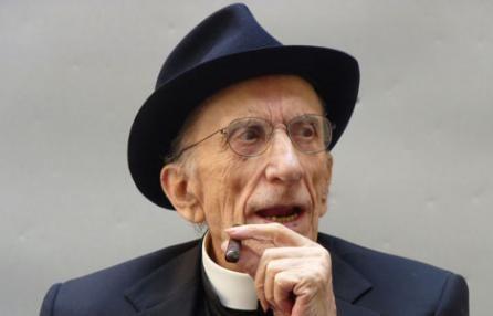 Don Gallo canta 'Bella Ciao' dopo la messa: il video che spopola su YouTube